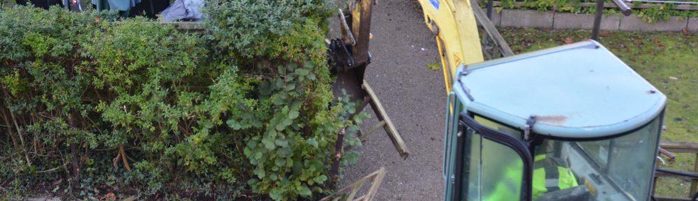 Her i Daysigården er fjernelsen af hegn og hække gået i gang.